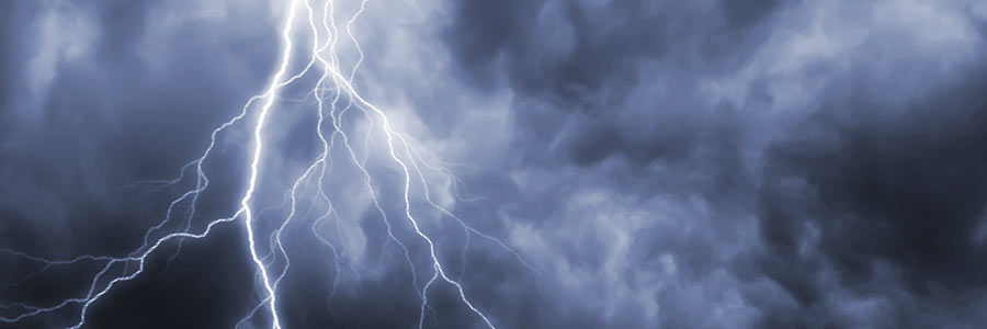 Lightning below storm clouds | Amerestore
